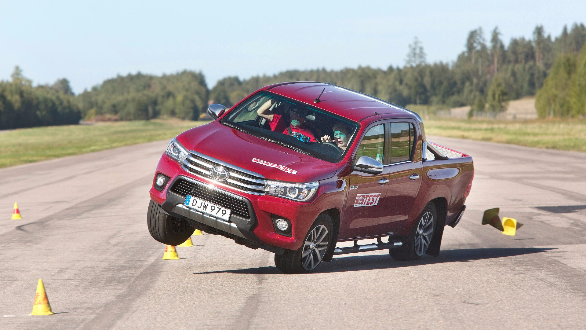 2016-toyota-hilux-moose-test-fail